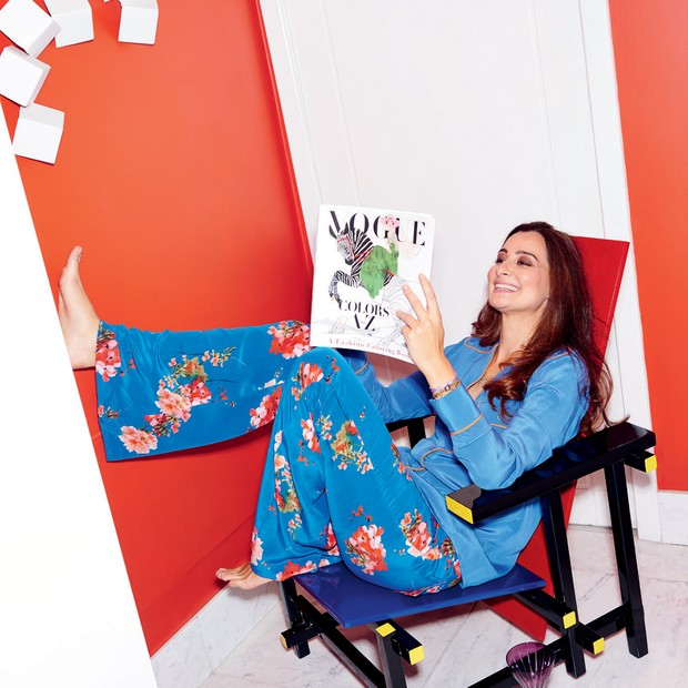Sentada na cadeira Vermelho e Azul, assinada por Gerrit Rietveld, veste Mixed (Foto: Thiago Justo)