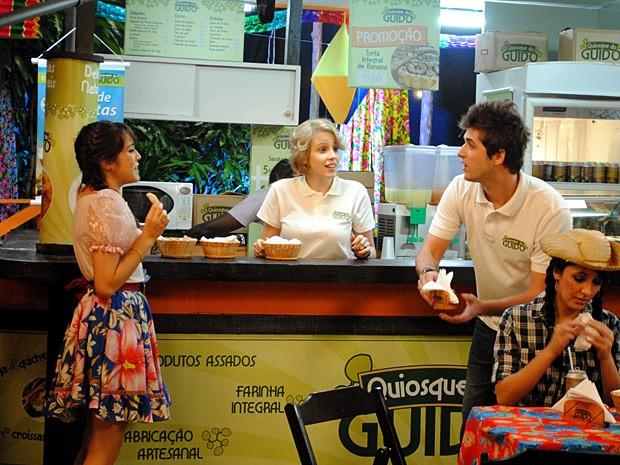 Isabela conta a Guido e Babi que eles foram escolhidos os noivos da quadrilha  (Foto: Malhação / TV Globo)