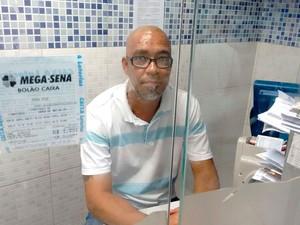 Atendente Elson Cruz fez jogo de ganhador da Mega-Sena em Salvador (Foto: Alan Tiago Alves/G1)
