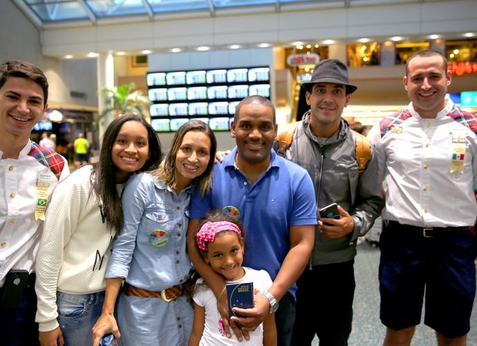 Já no aeroporto, a família de Victória e Shopia entram na magia Disney com André Marques (Foto: Leonardo Viso/ Gshow)