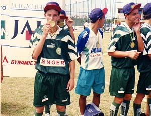 elano beijando a medalha (Foto: Divulgação/Arquivo Pessoal)