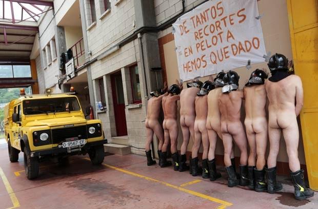 Bombeiros nus protestam contra as medidas de austeridade do governo da Espanha nesta quinta-feira (19) (Foto: Cesar Manso/AFP)