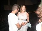 Grávida, Luana Piovani ganha carinho do marido em show no Rio
