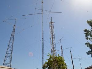 Antenas na sede da Labre de Roraima facilitam o contato com radioamadores de todo o mundo (Foto: Emily Costa/G1)