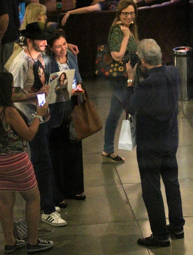Iwan Figueiredo, marido de Lília Cabral, fotografa atriz com fã (Foto: AgNews)