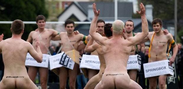 """Na imagem, a seleção da Nova Zelândia (de costas) realiza a  dança """"Haka"""", uma dança maori de intimidação. (Foto: Marty  Melville/AFP)"""