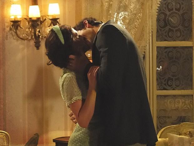 Ao invés de se abrir com Teodoro, Sandra se rende ao clima de romance (Foto: Lado a Lado / TV Globo)