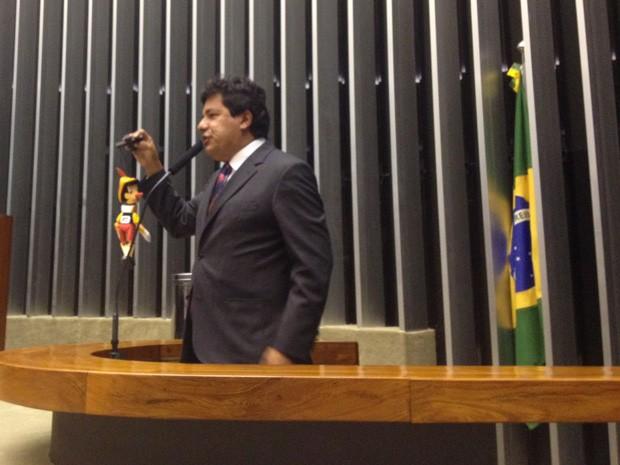 Líder do DEM na Câmara protestou contra o governo no plenário com um boneco do Pinóquio (Foto: Fernanda Calgaro / G1)