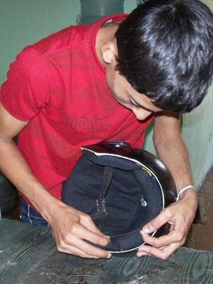Marcelo montando dispositivo no capacete (Foto: Divulgação / Arquivo Pessoal)
