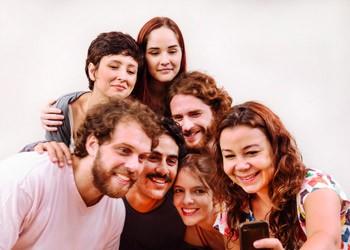 Selfie coletivo do elenco da peça (Foto: Vicente de Mello)