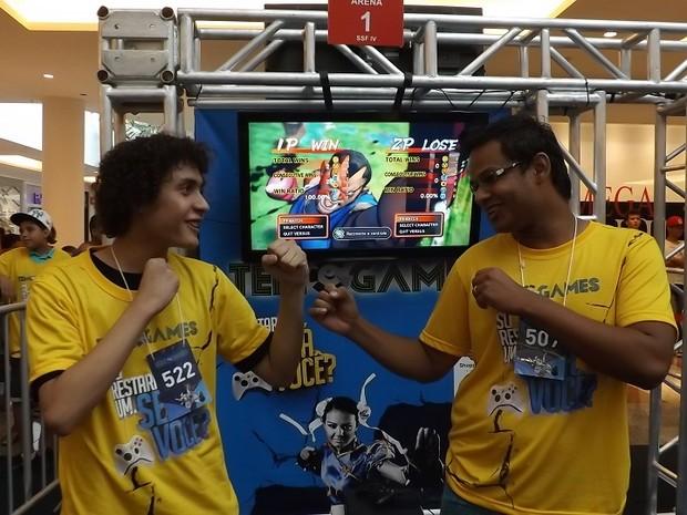 Liniker (à esq.) quer vencer o amigo Luanderson, depois de três derrotas e perda de título no TEM Games (Foto: Eduardo Ribeiro Jr. / G1)