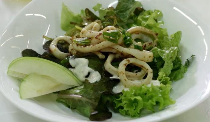 Salada de lula com maçã verde leva só iogurte e alguns temperos (Foto: Reprodução/Rede Clube)