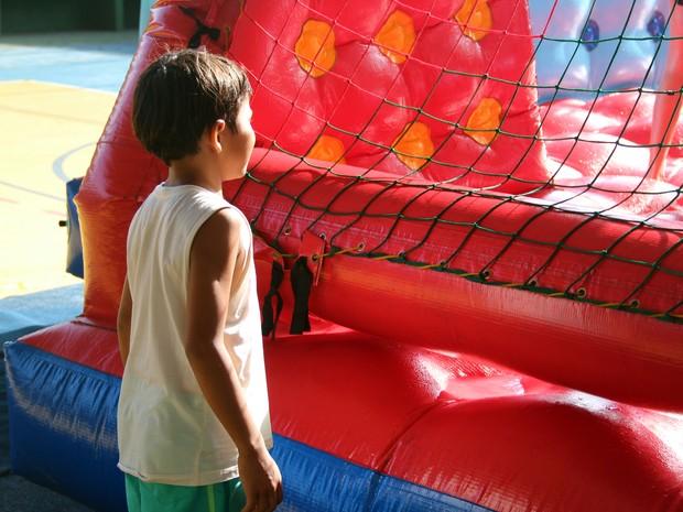 Lucas, agora filho de Kelsilene e Jorge, se diverte em festa comemorativa ao dia das crianças (Foto: Dani Fechine/G1)