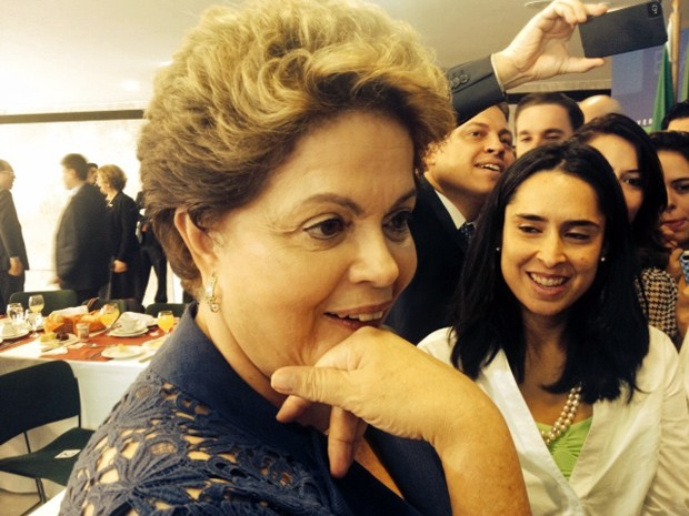 Dilma conversa com jornalistas no Palácio do Planalto (Foto: Filipe Matoso/G1)
