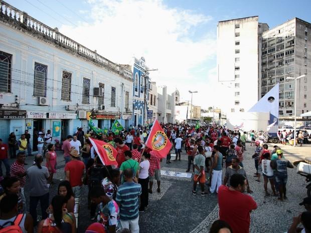 Manifestantes da Frente Brasil Popular se aglomeram em praça pública em Maceió (Foto: Jonathan Lins/ G1)