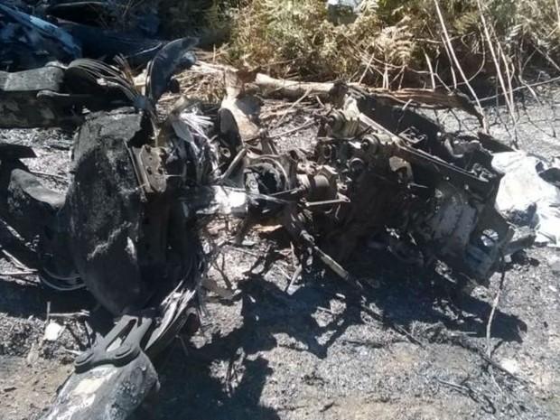 Aeronave ficou destruída após queda e peças foram encontradas por equipes na mata (Foto: Guarda Municipal/Divulgação)