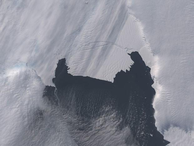 Em outubro de 2013, bloco de gelo começou a se soltar do glaciar na Antártica (Foto: Nasa/Reuters)