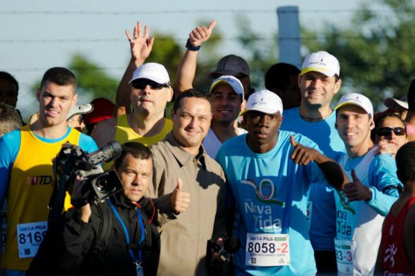 Fernando Becker com os participantes do Projeto Nova Vida (Foto: Gustavo Oliveira/ Divulgação Transpire)