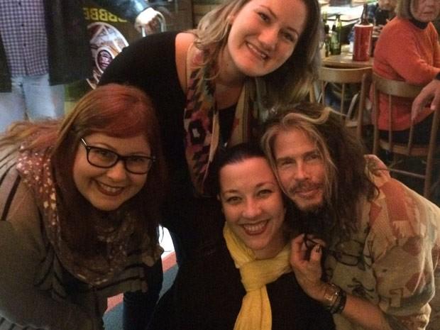 Steven Tyler, vocalista do Aerosmith, posa para foto com fãs em bar de Porto Alegre (Foto: Arquivo Pessoal)