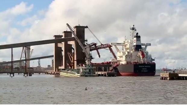 Navios saem do porto para levar a soja ao exterior (Foto: Reprodução/RBS TV)