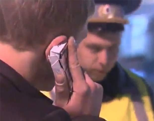 Em maio de 2011, após ser parado pela polícia russa ao dirigir de forma imprudente, um motorista bêbado tentou enganar os agentes e simulou que estava fazendo um telefonema para uma pessoa influente. O jovem, porém, se confundiu e fez a 'ligação' usando um maço de cigarros. (Foto: Reprodução)