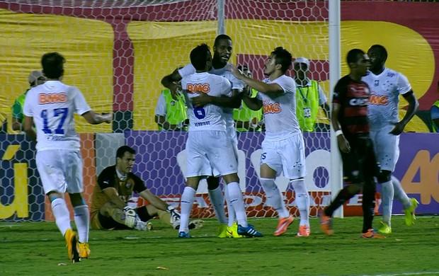 Jogadores do Cruzeiro comemoram o gol de Dedé (Foto: Reprodução / Premiere)