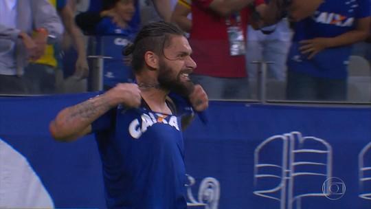 Filho de Rafael Sobis imita pai e veste camisa do Cruzeiro rasgada