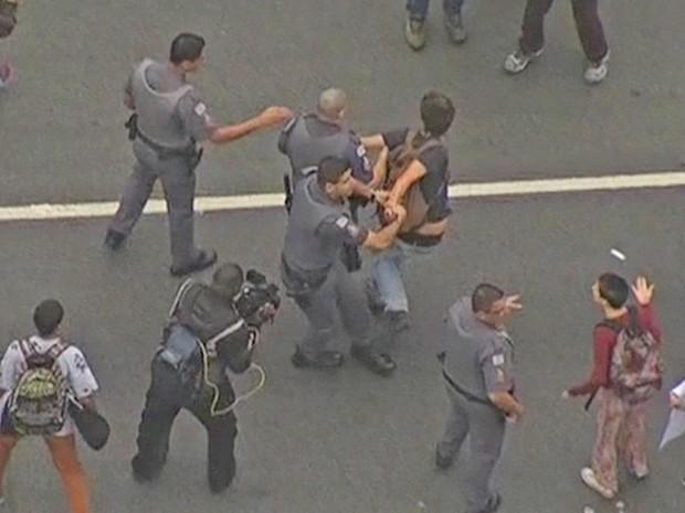 Polícia contém manifestante em protesto de estudantes na Avenida Dr. Arnaldo (Foto: Reprodução/ TV Globo)