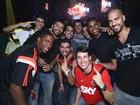 Após título, jogadores de basquete do Flamengo festejam em boate