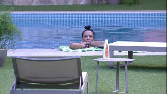 Marinalva toma banho de piscina