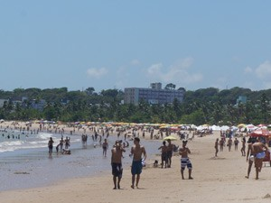Turistas ocuparam as areias da praia de Tambaú nesta sexta-feira (28) (Foto: André Resende/G1)