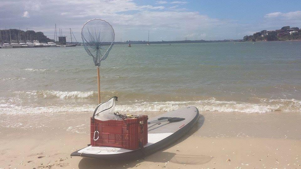 Prancha de stand up paddle adaptada para recolher lixo no mar  (Foto: Rafael Braga)