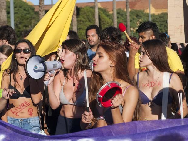 Mulheres se manifestam na Região Central de Porto Alegre (Foto: Cau Guebo/Futura Press/Estadão Conteúdo)
