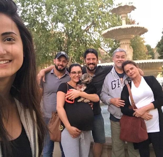 Mari Palma e Phelipe Siani com a família dela nos Estados Unidos (Foto: Reprodução/Instagram)