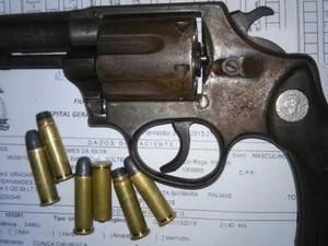 Arma foi apreendida com seis munições  (Foto: Divulgação/PM TO)