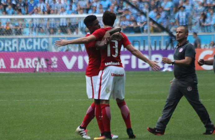 Rodrigo Dourado é segurado por colega de time durante confusão no Gre-Nal  (Foto: Diego Guichard/GloboEsporte.com )