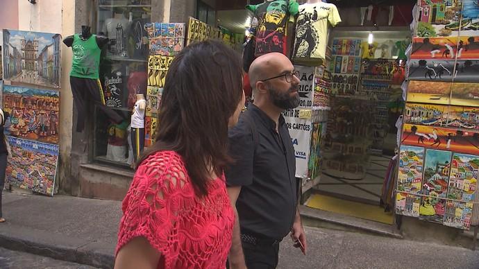 Escritor Valter Hugo Mãe passeia pelo Centro Histórico, à convite do 'Aprovado' (Foto: TV Bahia)