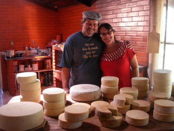 392763a8e1cc3 A família de Luciano e Helena Machado produzem o queijo canastra de forma  tradicional em Medeiros