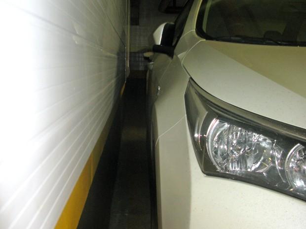 Ao estacionar perto de paredes, dobre o retrovisor (Foto: André Paixão/G1)