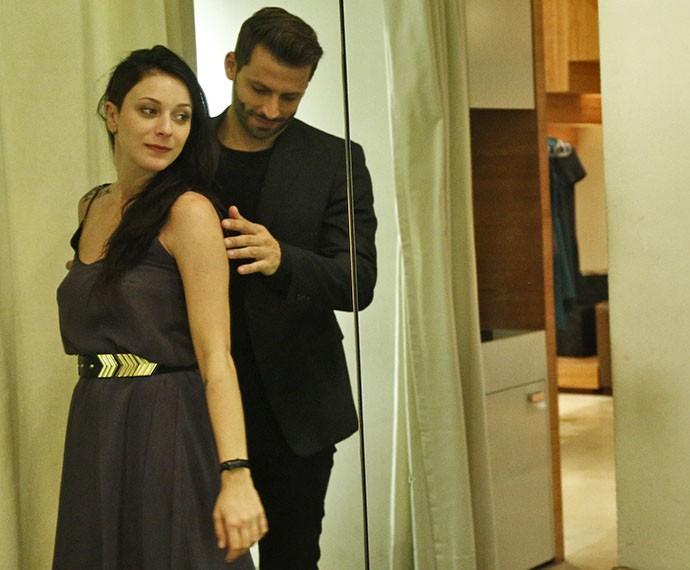 Ximena prova vestido longo e sofisticado e deixa Gabo encantado (Foto: Raphael Dias/Gshow)