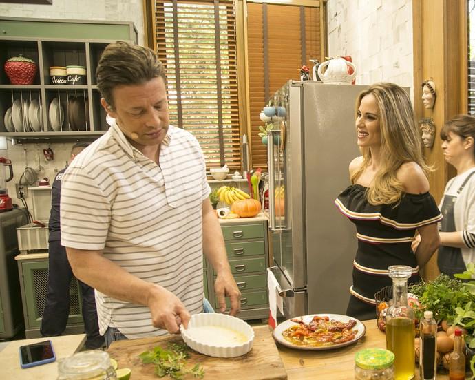 Jamie Oliver cozinhou na cozinha do 'É de Casa' (Foto: Raphael Dias/ Gshow)