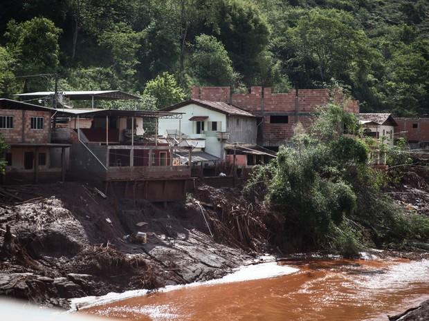 Casas de Barra Longa à beira do Rio do Carmo foram atingidas pela lama quase 12 horas após o estouro da barragem (Foto: Fábio Tito/G1)