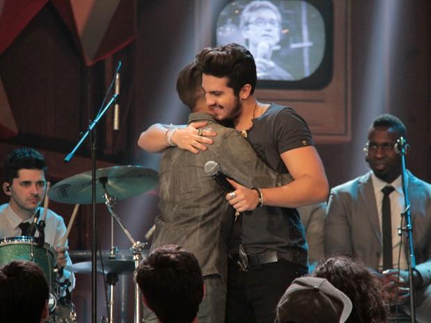 Luan Santana ganha um abraço do ídolo Junior Lima no Altas Horas (Foto: Marcos Mazini/Gshow)
