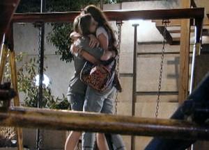As amigas selam um pacto e se abraçam na praça  (Foto: Malhação / TV Globo)