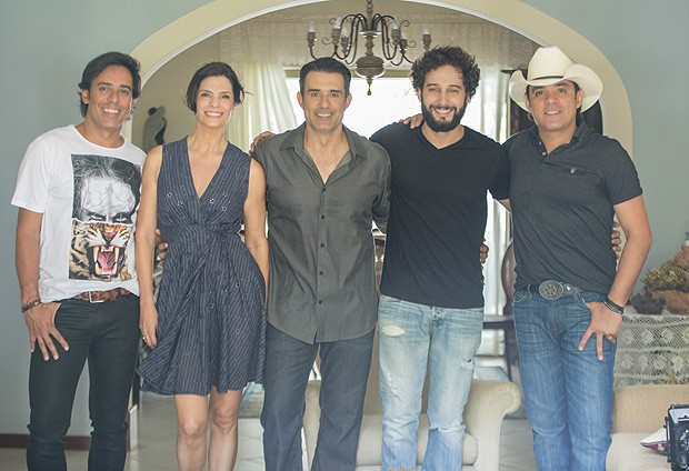 Rafael Almeida, Helena e Marcos posaram com Guilherme e Santiago (Foto: Yam Griffo/Camila Novo Assessoria / Divulgação)