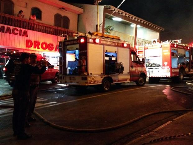 Bombeiros foram acionados para conter as chamas (Foto: Tiago Rodrigues/TV Fronteira)