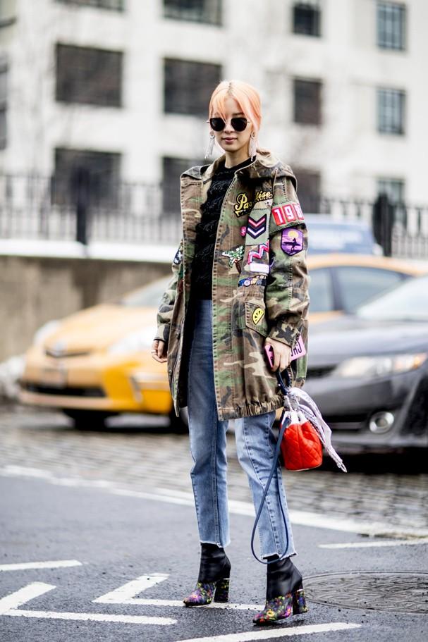 Bolsas coloridas levantam o look de inverno (Foto: IMAXTREE)