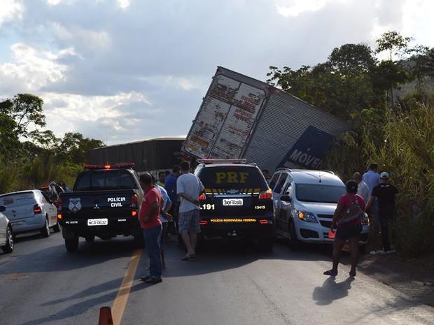 Caminhão e carreta colidem na BR-364 em RO (Foto: Mônica Santos/G1)