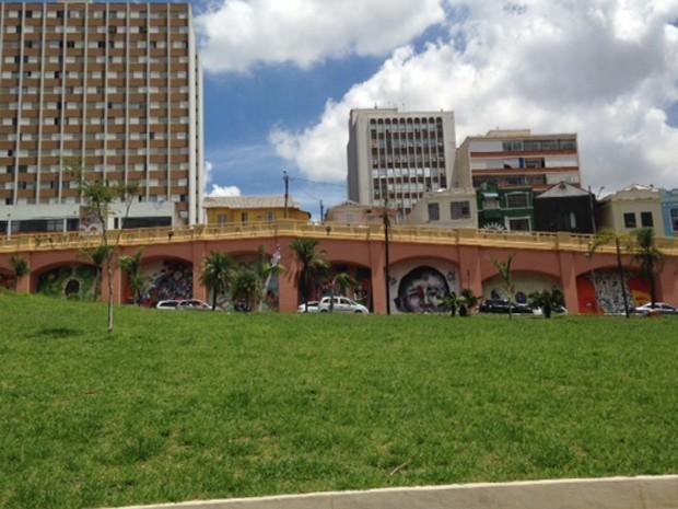 Arcos do Jânio com grafites  (Foto: Cíntia Acayaba/G1)