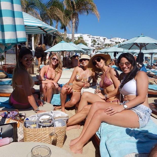 Bárbara Evans com amigas na Grécia (Foto: Reprodução / Instagram)